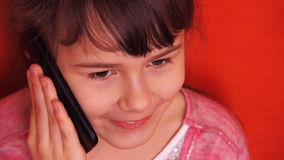 Μικρό κορίτσι που μιλά στο κινητό τηλέφωνο απόθεμα βίντεο