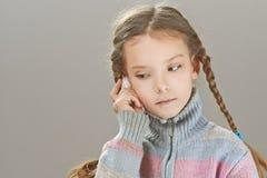 Μικρό κορίτσι που μιλά στο τηλέφωνο κυττάρων Στοκ φωτογραφία με δικαίωμα ελεύθερης χρήσης
