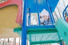 Μικρό κορίτσι που μορφάζει πύργο χειμερινού στον υπαίθριο playset Στοκ φωτογραφία με δικαίωμα ελεύθερης χρήσης