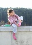 Μικρό κορίτσι που ντύνει επάνω τις κάλτσες Στοκ Εικόνες