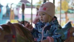 Μικρό κορίτσι που οδηγά μια έλξη αλόγων απόθεμα βίντεο