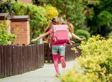 Μικρό κορίτσι που οργανώνεται στο σχολείο Στοκ Εικόνα