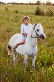 Μικρό κορίτσι που οδηγά ένα άλογο Στοκ εικόνα με δικαίωμα ελεύθερης χρήσης