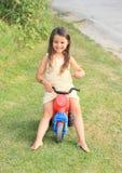Μικρό κορίτσι που οδηγεί τη μικρή μοτοσικλέτα παιδιών Στοκ φωτογραφία με δικαίωμα ελεύθερης χρήσης