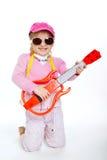 Μικρό κορίτσι που παίζει την ηλεκτρική κιθάρα σκληροπυρηνική στοκ φωτογραφία