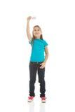 Μικρό κορίτσι που παίζει το μικρό αεροπλάνο Στοκ Εικόνες