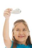 Μικρό κορίτσι που παίζει το μικρό αεροπλάνο Στοκ φωτογραφία με δικαίωμα ελεύθερης χρήσης