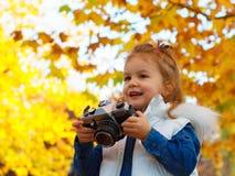 Μικρό κορίτσι που παίρνει την εικόνα που χρησιμοποιεί την εκλεκτής ποιότητας κάμερα ταινιών Στοκ Φωτογραφία