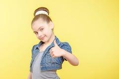Μικρό κορίτσι που παρουσιάζει διαφορετικές συγκινήσεις Στοκ εικόνες με δικαίωμα ελεύθερης χρήσης
