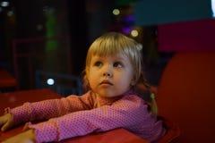 Μικρό κορίτσι που περιμένει το πρόγευμα Στοκ εικόνες με δικαίωμα ελεύθερης χρήσης