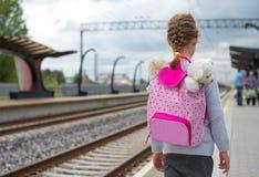 Μικρό κορίτσι που περιμένει το τραίνο στοκ φωτογραφίες