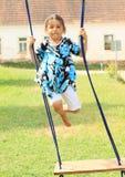 Μικρό κορίτσι που πετά επάνω από μια ταλάντευση Στοκ εικόνες με δικαίωμα ελεύθερης χρήσης