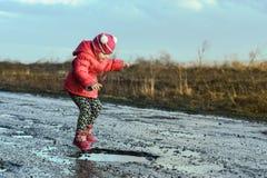 Μικρό κορίτσι που πηδά στο νερό, πέταγμα, αξέχαστες στιγμές, διασκέδαση με τον πατέρα, ζωή στο χωριό Έννοια - ευτυχής παιδική ηλι στοκ φωτογραφία με δικαίωμα ελεύθερης χρήσης