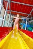 Μικρό κορίτσι που πηδά στο aquapark Στοκ Εικόνες