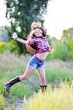 Μικρό κορίτσι που πηδιέται σε ένα καπέλο κάουμποϋ Στοκ Εικόνα