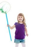 Μικρό κορίτσι που πιάνει τις πεταλούδες με ένα δίχτυ στοκ φωτογραφία με δικαίωμα ελεύθερης χρήσης