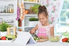 Μικρό κορίτσι που προετοιμάζει το γεύμα Στοκ Φωτογραφίες