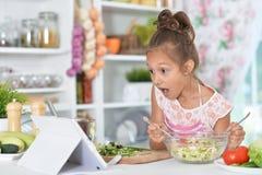 Μικρό κορίτσι που προετοιμάζει το γεύμα Στοκ εικόνα με δικαίωμα ελεύθερης χρήσης