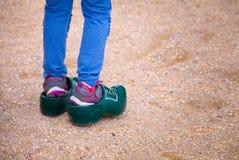 Μικρό κορίτσι που προσπαθεί να φορέσει χαρακτηριστικό ολλανδικό clog Στοκ Φωτογραφία
