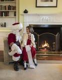 Μικρό κορίτσι που ρωτά Άγιο Βασίλη για τα δώρα στοκ φωτογραφίες με δικαίωμα ελεύθερης χρήσης