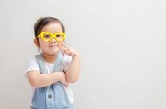 Μικρό κορίτσι που σκέφτεται ή που ονειρεύεται Στοκ φωτογραφία με δικαίωμα ελεύθερης χρήσης