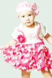 Μικρό κορίτσι που στέκεται σε ένα όμορφο φόρεμα Στοκ Εικόνες