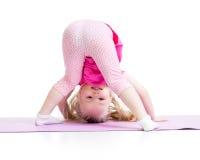 Μικρό κορίτσι που στέκεται σε ετοιμότητα της που απομονώνεται στο λευκό Στοκ Εικόνες