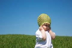 Μικρό κορίτσι που στέκεται στην πράσινη χλόη Στοκ Φωτογραφία
