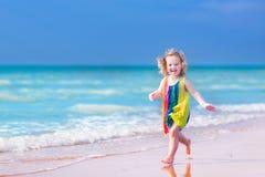 Μικρό κορίτσι που τρέχει σε μια παραλία Στοκ εικόνες με δικαίωμα ελεύθερης χρήσης
