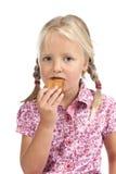 Μικρό κορίτσι που τρώει ένα μπισκότο. Στοκ φωτογραφία με δικαίωμα ελεύθερης χρήσης