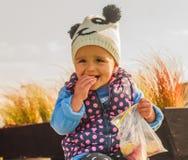 Μικρό κορίτσι που τρώει και που γελά Στοκ φωτογραφίες με δικαίωμα ελεύθερης χρήσης