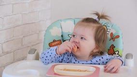 Μικρό κορίτσι που τρώει μια κινεζική γλώσσα 001 απόθεμα βίντεο
