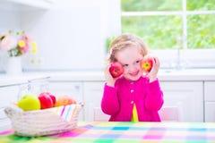 Μικρό κορίτσι που τρώει τα μήλα Στοκ φωτογραφία με δικαίωμα ελεύθερης χρήσης