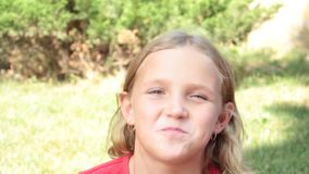 Μικρό κορίτσι που τρώει τη σοκολάτα στο πόσιμο νερό φύσης φιλμ μικρού μήκους