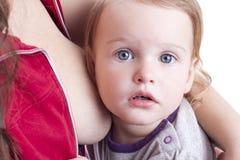 Μικρό κορίτσι που τρώει το γάλα Στοκ εικόνα με δικαίωμα ελεύθερης χρήσης