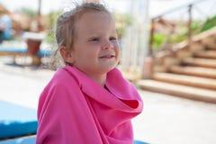 Μικρό κορίτσι που τυλίγεται σε μια ρόδινη πετσέτα Στοκ Εικόνες