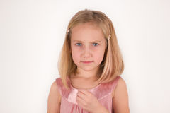 Μικρό κορίτσι που φαίνεται κεκλεισμένων των θυρών στοκ φωτογραφίες