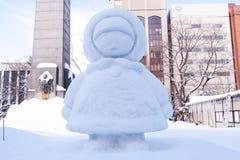 Μικρό κορίτσι που φορά κάτω με το καπέλο στο φεστιβάλ 2013 χιονιού Sapporo Στοκ Εικόνες
