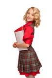 Μικρό κορίτσι που φορά το αντίγραφο-βιβλίο και τα μολύβια εκμετάλλευσης φορεμάτων καρό στοκ εικόνες