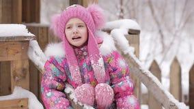 Μικρό κορίτσι που φωνάζει σε μια χιονώδη παιδική χαρά φιλμ μικρού μήκους