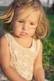 Μικρό κορίτσι που χαμογελά με την απόλαυση Στοκ εικόνα με δικαίωμα ελεύθερης χρήσης