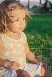 Μικρό κορίτσι που χαμογελά με την απόλαυση Στοκ φωτογραφία με δικαίωμα ελεύθερης χρήσης
