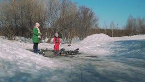 Μικρό κορίτσι που χαράζει τα περιστέρια σε ένα πάρκο την άνοιξη απόθεμα βίντεο