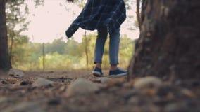 Μικρό κορίτσι που χορεύει στο δάσος