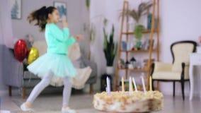Μικρό κορίτσι που χορεύει στο υπόβαθρο του κέικ απόθεμα βίντεο