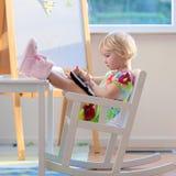 Μικρό κορίτσι που χρησιμοποιεί το PC ταμπλετών Στοκ Φωτογραφίες