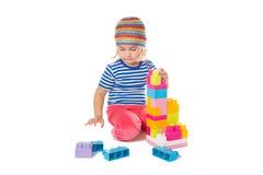 Μικρό κορίτσι σε ένα ζωηρόχρωμο παιχνίδι πουκάμισων με το παιχνίδι β κατασκευής Στοκ Φωτογραφία