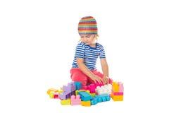 Μικρό κορίτσι σε ένα ζωηρόχρωμο παιχνίδι πουκάμισων με το παιχνίδι β κατασκευής Στοκ εικόνες με δικαίωμα ελεύθερης χρήσης