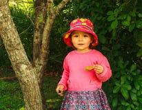 μικρό κορίτσι σε ένα θερινό καπέλο για έναν περίπατο Στοκ εικόνα με δικαίωμα ελεύθερης χρήσης