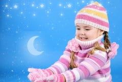 Μικρό κορίτσι σε ένα πουλόβερ με το χιόνι Στοκ εικόνες με δικαίωμα ελεύθερης χρήσης
